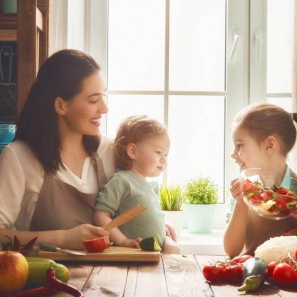 happy-family-in-the-kitchen-p68hhz4